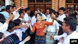 Lãnh tụ dân chủ Miến Ðiện Aung San Suu Kyi gặp gỡ các ủng hộ viên tại làng Kyit Tee ở thị trấn Myaing