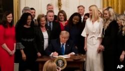 美国总统特朗普1月31日在白宫签署行政命令,打击人口走私。