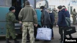 Пленные из Луганской Народной Республики садятся в автобус в ходе обмена пленными между Украиной и пророссийскими сепаратистами. Обмен проходит под городом Бахмут в Донецкой области Украины. 27 декабря 2017 г.
