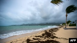 Yon foto ki montre plaj sou Bè Nettle nan Marigot kote van ap vante a k fòs pandan pasaj siklòn Irma nan zòn nan.