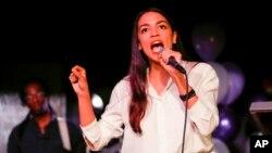 الکساندریا اکازیو-کورتز، از حزب دموکرات، متولد ۱۹۸۹، جوان ترین زنی است که توانسته به کنگره آمریکا راه یابد.