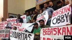 Mahasiswa Papua menggelar pernyataan dukungan terhadap mahasiswa Papua Obby Kogoya di PN Sleman Yogyakarta. (VOA/Nurhadi Sucahyo)