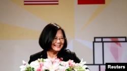 台湾总统蔡英文2018年8月12日过境美国洛杉矶期间在一个宴会上发表讲话。