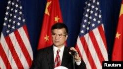 Duta Besar AS untuk China Gary Locke saat berpidato dalam acara Kamar Dagang Amerika di Beijing. (Foto: Dok)