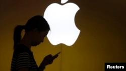 2013年9月10日上海苹果公司商店前一位女士查看手机屏幕