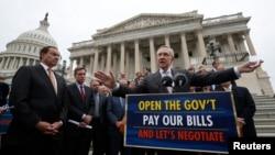 Лидер демократов в Сенате Гарри Рид (на переднем плане справа) с однопартийцами и мэром Вашингтона Винсентом Греем (крайний слева). 9 октября 2013 г.