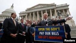 Pemimpin Mayoritas Fraksi Demokrat di Senat AS, Harry Reid, bergabung dengan anggota senat dari partai Demokrat lainnya dan Walikota Washington D.C. Mayor Vincent Gray (kiri) di tangga Gedung Capitol di Washington, 9 Oktober 2013 (Foto: dok).
