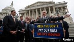 2013年10月9日美國參議院多數黨領袖哈里·里德(右)與其他民主黨參議院成員和華盛頓特區市長文森.格雷(左一)在華盛頓美國國會大廈台階上.
