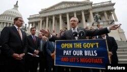 Pemimpin mayoritas dalam Senat AS, Senator Harry Reid (kanan) memberikan penjelasan kepada media di depan gedung Capitol soal kebuntuan anggaran (9/10).