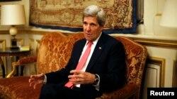 지난달 27일 파리에서 프랑스 외무부 장관과 회담한 존 케리 미국 국무장관. (자료사진)