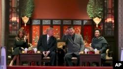 美国总统川普(中左)和第一夫人梅拉尼亚(左)与中国国家主席习近平(中右)与夫人彭丽媛(右)在北京故宫观看京剧。 (2017年11月8日)