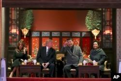 2017年11月8日美國總統特朗普和第一夫人梅拉尼亞(左)與習近平(中右)和夫人 彭麗媛(右)在北京故宮觀看京劇 (資料圖片)