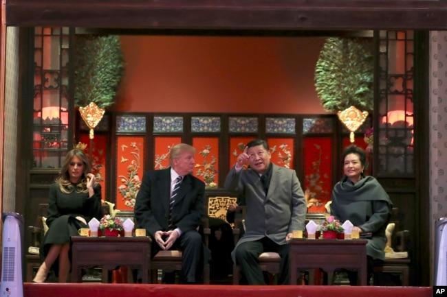 美国总统特朗普和第一夫人梅拉尼亚(左)与中国国家主席习近平(中右)与夫人彭丽媛(右)在北京故宫观看京剧。 (2017年11月8日)