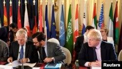 ARSIP - Menteri Luar Negeri Inggris Boris Johnson (kanan) dan Menlu Perancis Jean-Marc Ayrault (kiri) menghadiri pertemuan menteri-menteri dan membahas masa depan Mosul, setelah bebas dari ISIS, di Paris, Perancis, 20 Oktober 2016.