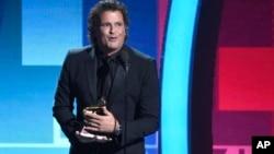 """Carlos Vives acepta el Latin Grammy a la canción del año por """"La Bicicleta"""", en la décimo edición 17 de los galardones en la T-Mobile Arena, en Las Vegas."""