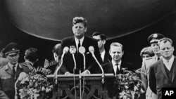 رییس جمهور کنیدی حین سخنرانی تاریخی اش در روز اعمار دیوار برلین