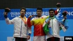 کیانوش رستمی (نفر اول از چپ) وزنه بردار ایرانی که در آخرین لحظات، مدال طلا را با نقره عوض کرد