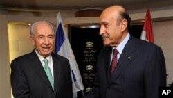 시몬 페레스 이스라엘 대통령(왼쪽)과 오마르 술레이만 이집트 정보부장(오른쪽)