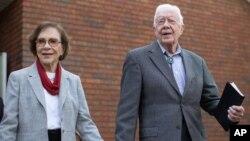 En esta foto de archvio se ve al expresidente de EE.UU., Jimmy Carter junto a su esposa, Rosalynn, después de asistir a la escuela dominical en la iglesia bautista Maranatha el 13 de diciembre de 2015, en Plains, Georgia.