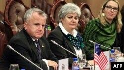 Le secrétaire d'Etat adjoint John Sullivan lors d'une réunion à Khartoum, le 16 novembre 2017.