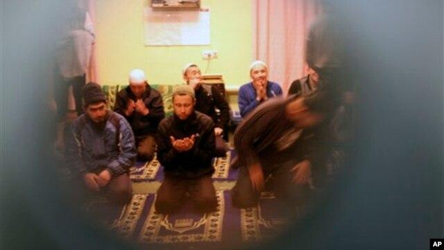 Bishkekdagi qamoqxonada mahbuslar namoz o'qimoqda, 26-yanvar, 2012-yil.