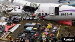 5일 타이완 타이페이에서 추락한 트랜스아시아 여객기 동체와 탑승객들의 짐가방들이 놓여있다.