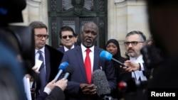 ICJ တရား႐ုံးအျပင္ဘက္တြင္ မီဒီယာမ်ားႏွင့္ ေတြ႔ဆုံ ေျပာဆုိေနသည့္ ဂမ္ဘီယာ တရားေရးဝန္ႀကီး Abubacarr Marie Tambaou. (ဇန္နဝါရီ ၂၃၊ ၂၀၂၀)