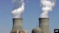 Steam rises from the cooling towers of nuclear reactors at the Vogtle power plant, in Waynesboro, Georgia, April 2010 (file photo)