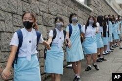 香港天主教女子中小学玛利诺修院等学校的学生组成人链重申五大诉求缺一不可的要求。(2019年9月6日)