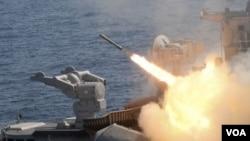 Kapal perang India melepaskan tembakan misil dalam sebuah latihan militer di Teluk Bengal, Chennai (foto: dok)