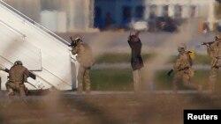 리비아 여객기 납치범들이 23일 몰타 공항에서 투항하고 있다.