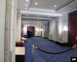 负有历史意义的洗手间大概就是走廊深处的某个房间吧