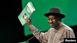 Shugaban Kasar Najeriya Goodluck Jonathan yana gabatar da rahoton aikin da gwamnatinsa ta gudanar cikin shekaru biyu