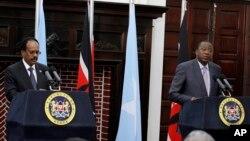 Prezida Uhuru Kenyatta wa Kenya (i buryo). Prezida Mohamed Abdullahi Mohamed wa Somaliya (i bubamfu)