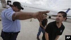 Jovens latinos no aeroporto prestes a serem deportados pelas autoridades de imigração