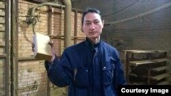 2015年,他把在北京吸尘100天收集来的雾霾混着陶土做成了一块砖。