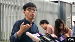 香港眾志秘書長黃之鋒截止10月25日區議會選舉候選人簡介會後,參選資格仍懸而未決。(美國之音湯惠芸)