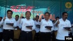 Menteri Pertanian Suswono (kedua dari kiri) dalam pencanangan Gerakan Konsumsi Pangan Lokal dan Sehat di Solo (4/10). (VOA/Yudha Satriawan)