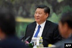 시진핑 중국 국가주석이 지난 16일 회담하기 위해 중국을 방문한 클라우스 슈바프 세계경제포럼(WEF) 회장의 말을 경청하고 있다.