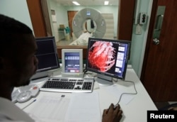 Seorang dokter sedan memperhatikan layar monitor dengan yang menunjukkan grafik jantung manusia. (Foto:dok)