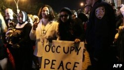 """Držeći znak """"Okupirajmo mir"""" - učesnici maskirani u Džona Lenona i Joko Ono učestvuju u paradi na Noć veštica u Njujorku."""