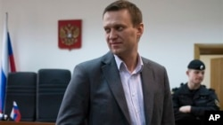 지난달 13일 러시아 모스코우의 법정에서 기자와 대화중인 반정부 활동가 알렉세이 나발리.