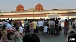 Dân chúng tụ tập chờ người thân trước cửa trung tâm cấp cứu ở bệnh viện Rangoon