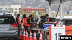 Radnici federalne vlade pripremaju distribuciju vakcina protiv Kovida 19 u centru za masovnu vakcinaciju u Ouklendu u Kaliforniji (Foto: Reuters/Nathan Frandino)