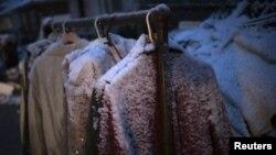 紐約市民還沒有從超級風暴桑迪造成的災害中恢復過來﹐11月7日又逢降雪﹐戶外衣物舖滿冰雪。