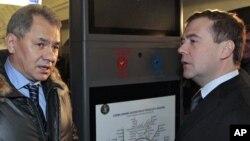 Министр обороны РФ Сергей Шойгу и премьер Дмитрий Медведев