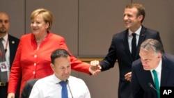 Nemačka kancelarka Merkel i francuski predsednik Emanuel Makron na radnom doručku na samitu EU, 29. juna 2018.