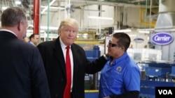 川普在访问开利空调工厂的时候与工人们交谈