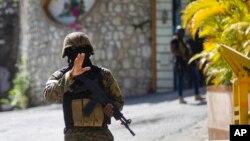 Seorang tentara memerintahkan media untuk mundur sementara militer mengamankan kediaman mendiang Presiden Jovenel Moise di Port-au-Prince (7/7).