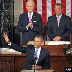 Prezident Barak Obama, o'ngda esa Jon Beyner, respublikachi, Vakillar Palatasi spikeri. Chapda vitse-prezident Jo Bayden, demokrat.